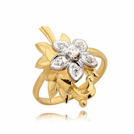 Bogato zdobiony pierścionek w kształcie kwiatuszka