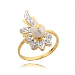 Ładnie zdobiony pierścionek z perłą
