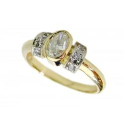 Złoty pierścionek z owalną cyrkonią.