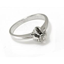 Klasyczny,zaręczynowy pierścionek z białego złota.