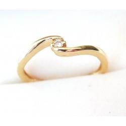 Nowy złoty pierścionek z brylantem